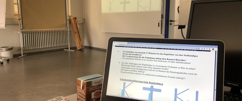 Durch Präsentationen vermitteln wir Fachwissen über Palettenregale und andere Lagertechnik