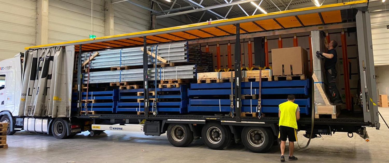Der Transport von unseren Schwerlastregalen findet entweder per Spedition oder durch unsere eigenen LKWs statt